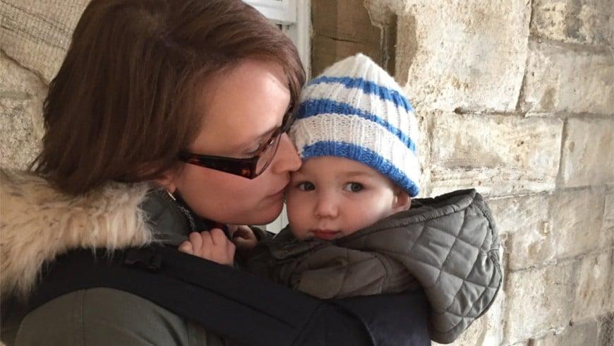 Babywearing: come scegliere tra fasce e marsupi per il trasporto del bebè